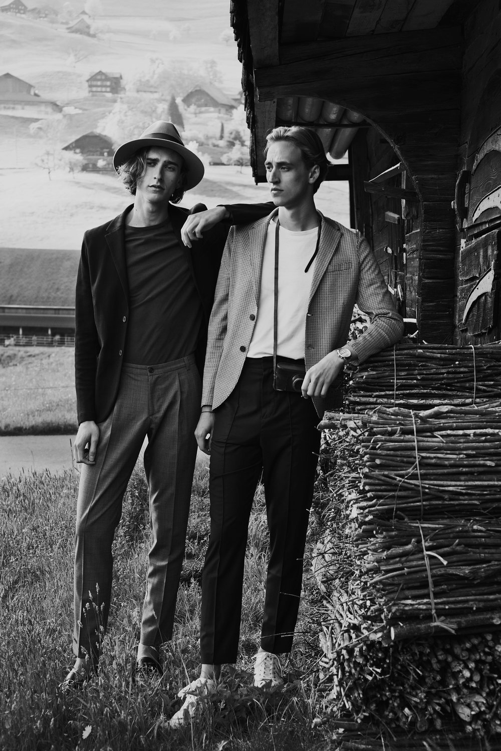 Oliver wears blazer by Harris Wharf, top by Asket, trousers by Fidelio, loafers by Gucci and hat by Stetson. Moritz wears blazer by Harris Wharf, his own top, trousers by Plac and sneakers by Bally.