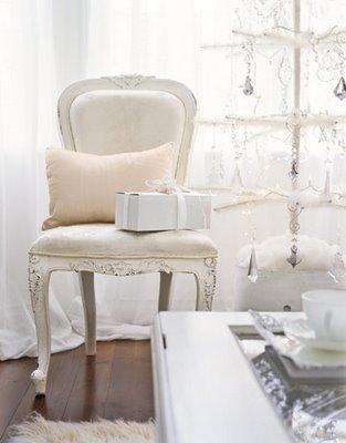 chair_whitecreamchristmastree_christmastreedecoratingideas_countryliving