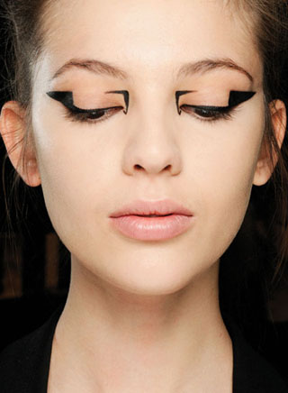 mary-katrantzou-fw-13-fashion-show-eyeliner.jpg