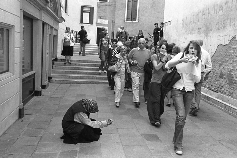 Tourists pass a Gypsy beggar, Venice, 2007. By Ted Pushinsky - Flickr/Renegade98