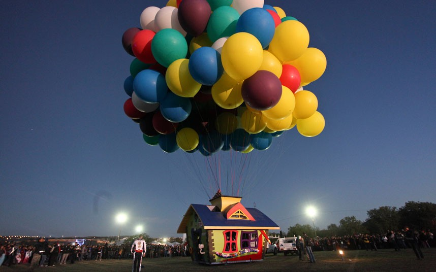 balloon-house-read_2403007k.jpg