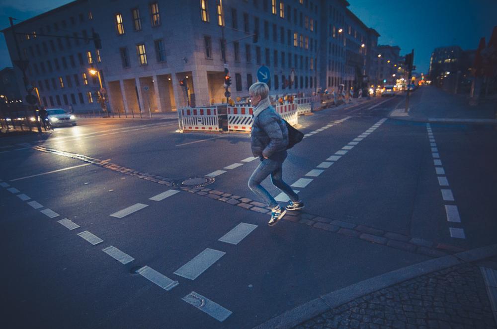 Julia saltando a de lado a lado del Muro de Berlín, o al menos de los adoquines conmemorativos que cruzan la ciudad por donde éste pasaba.