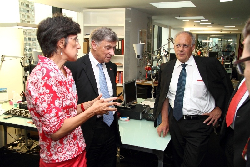 Dr. Flavia Schlegel, Executive Director swissnex China shows Gerold Buehrer, President economiesuisse, and Federal Councillor Johann Schneider-Ammann the swissnex China office.