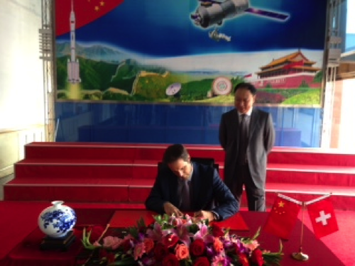 Mr. Neuenschwander is signing the guest book in front of Mr. Yang, the director of Chinese Academy of Space Technology CAST