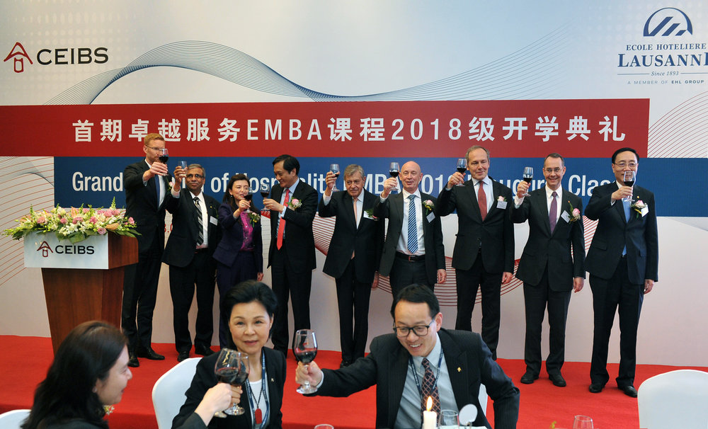 VIP guests-of-honor (incl. Dr. Felix Moesner, CEO of swissnex China, and Mr. Alexander Hoffet, Consul General of Switzerland in Shanghai) and EHL / CEIBS leadership representatives drink a toast to the programme's success. CEIBS© CEIBS, 2018.