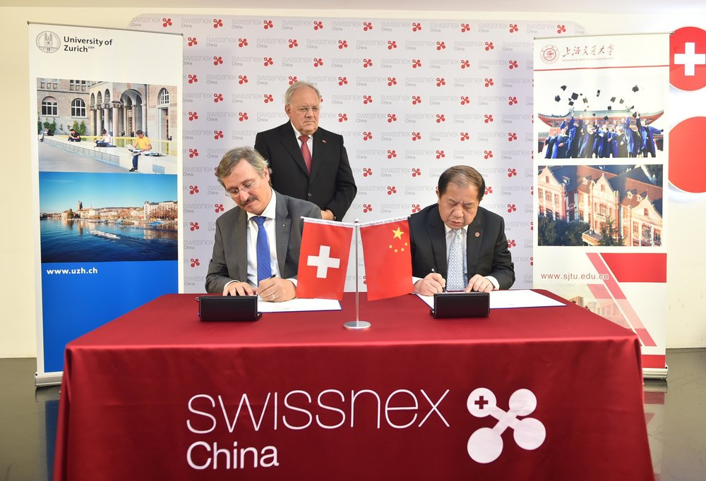 Michael Hengartner, President of UZH, and Lin Zhongqin, President of Shanghai Jiao Tong University (SJTU), sign a new exchange agreement. The signing ceremony was attended by Swiss education minister Johann Schneider-Ammann.