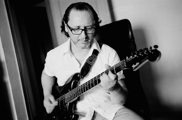 En casa con la guitarra . © Daniel Belenguer