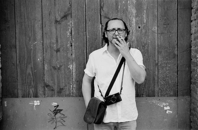 Tomas Badia, leica mp y cigarrito. © Daniel Belenguer.