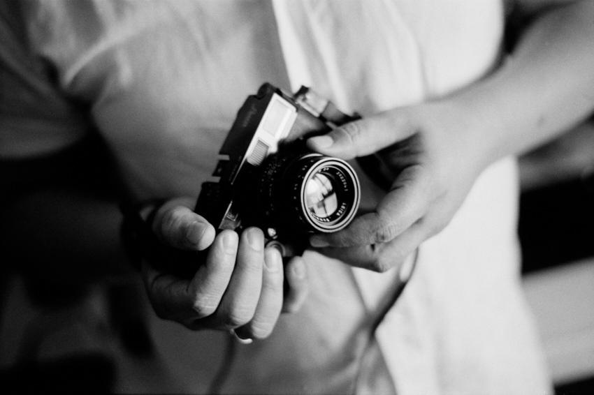 Las manos de Tomás con la leica © Daniel Belenguer,