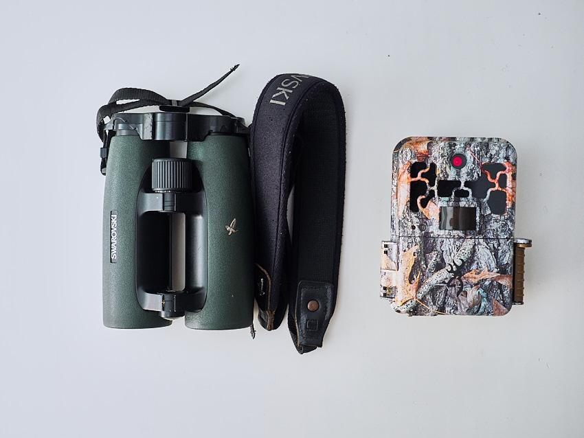 © Daniel Belenguer. Lá cámara trampa (Browning) y los prismáticos que me han acompañado los últimos años..
