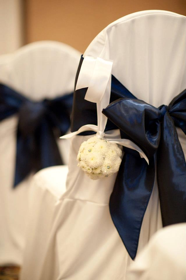 white figi mum pomander balls decorated the wedding aisle...perfect!