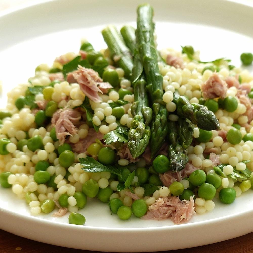 Parelcouscous-salade met groene asperges en tonijn
