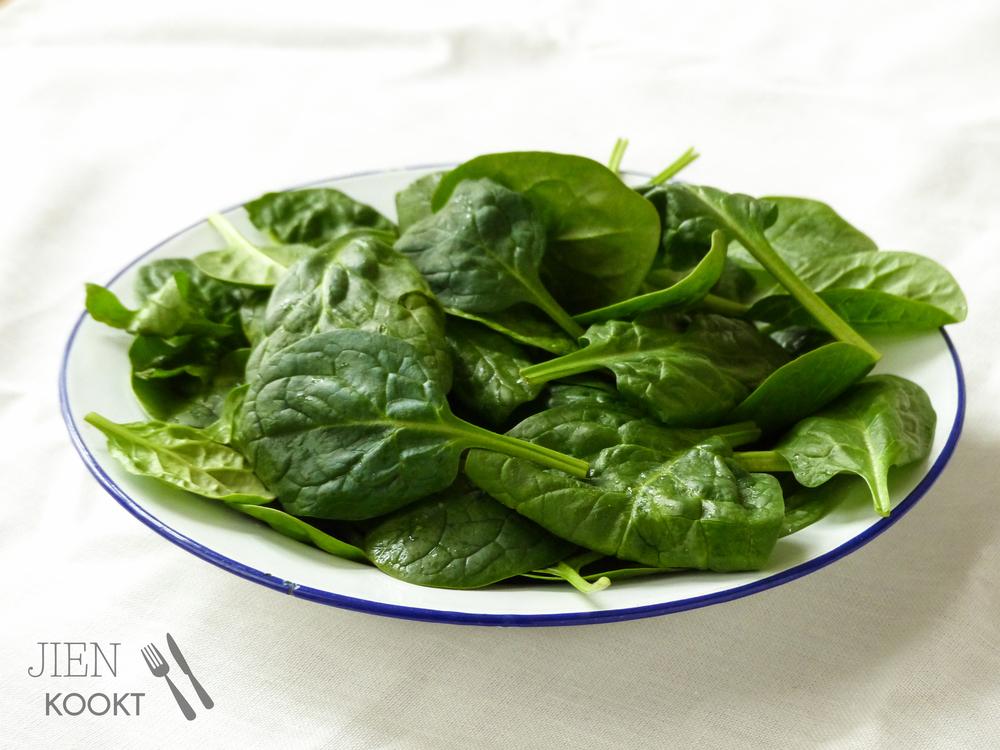 Verse spinazie voor spinaziesoep met feta