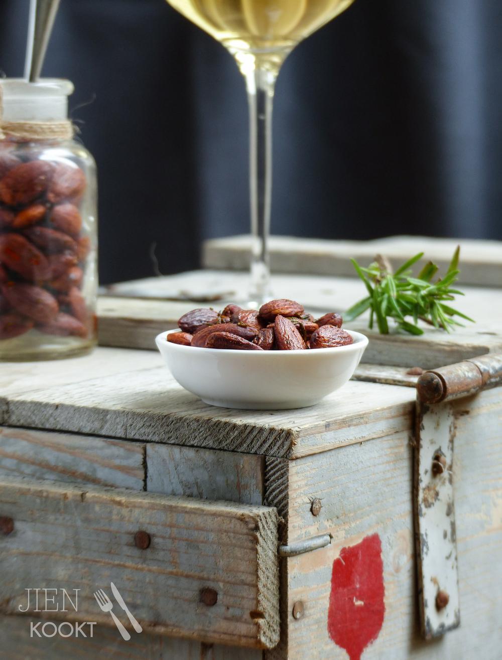 Geroosterde amandelen met rozemarijn en tijm