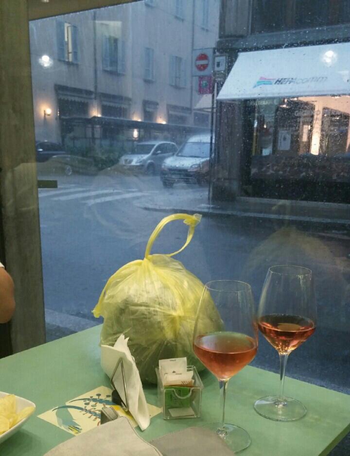 Een heerlijk wijntje terwijl het buiten stortregent...