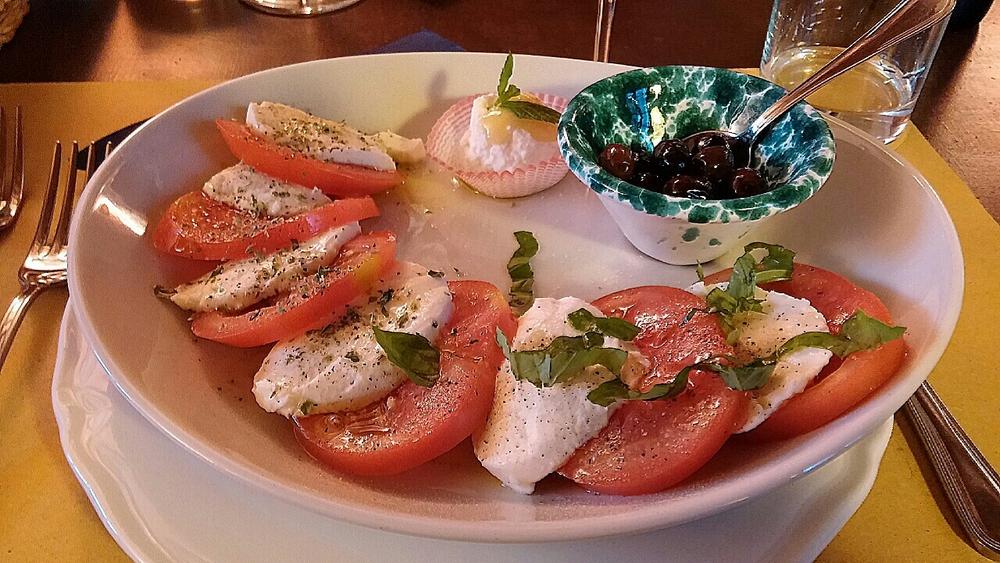 Heerlijke caprese (met basilicum en oregano), olijfjes uit de eigen boomgaard, verse ricotta met honing en munt.