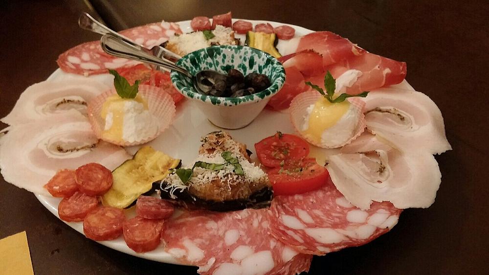 Antipasto met de lekkerste parmigiani di melanzane ooit