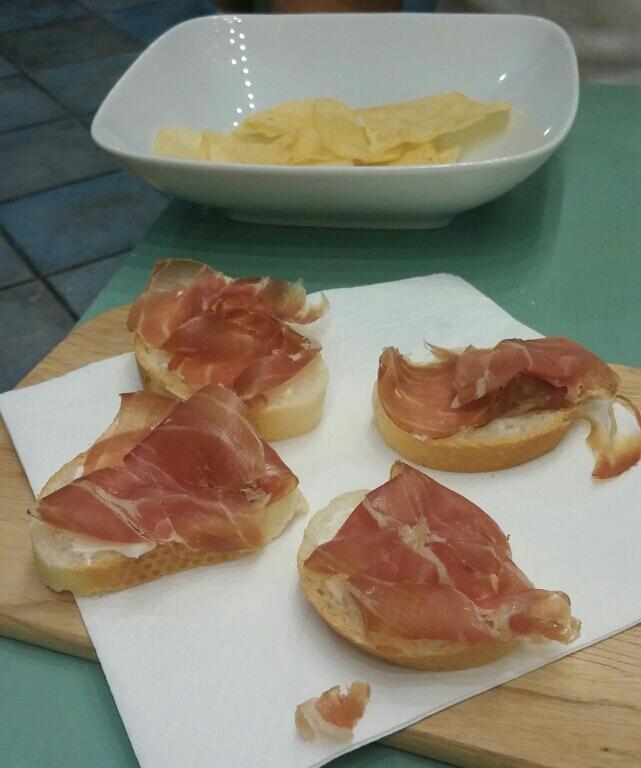 Chips en bruschetta met prosciutto de Parma, in Parma