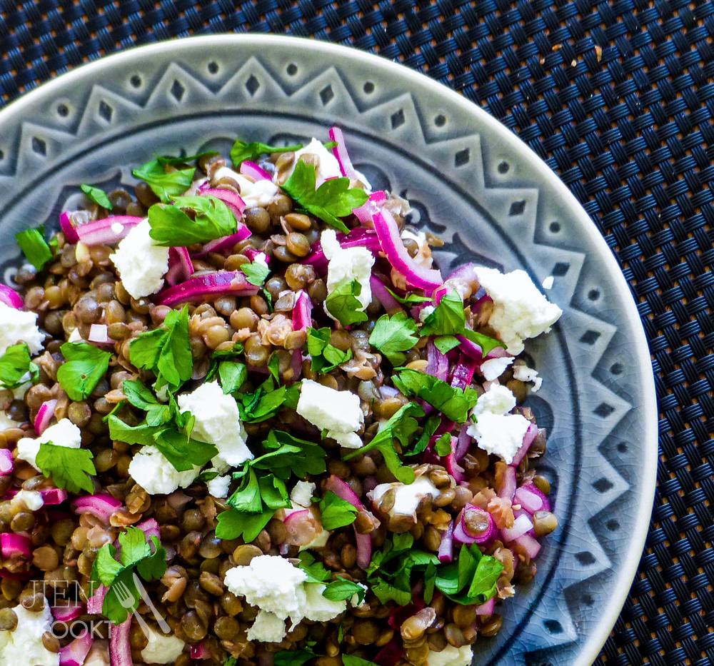 Hoe maak je je lunch gezonder? & recept voor lunchsalade met linzen, citroen, geitenkaas en rode ui | Jien kookt
