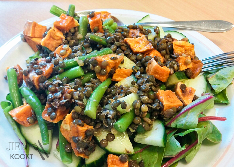 Een van mijn lunchsalades vorige week: zoete aardappel, boontjes, komkommer, sla en natuurlijk: linzen!