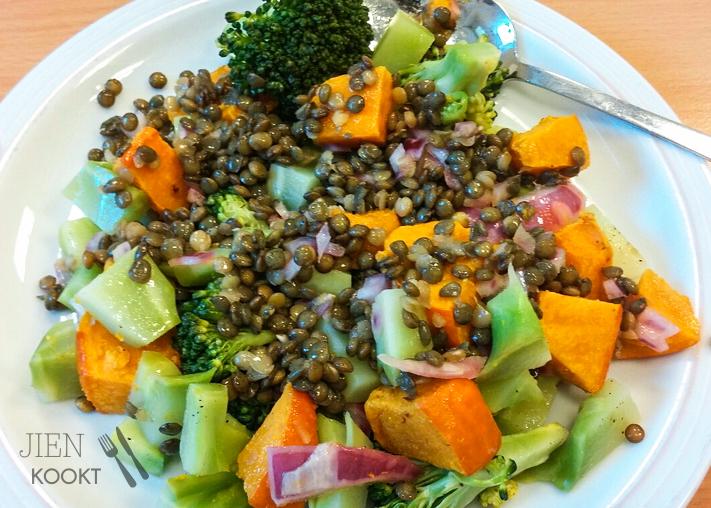 Ook deze week weer een portie linzen gekookt. Nu als lunch met pompoen, broccoli (roosjes én stronk) en rode ui.