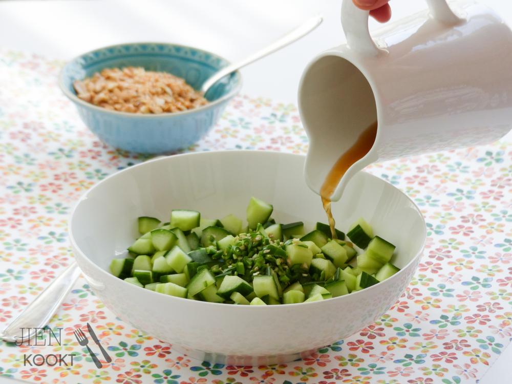 Zomerse komkommersalade met kokos, pinda's en inspiratie van oma | Jienkookt.nl