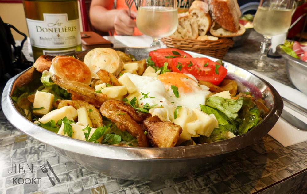 Durf je het aan? Deze volle saladeschaal was écht maar voor 1 persoon. En zo lekker dat ie helemaal op ging. Bij Chez Gladines.