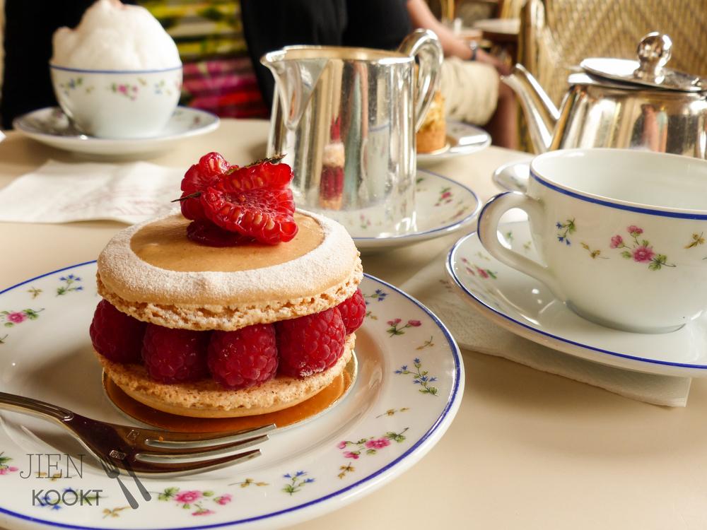 Framboos & pistache gebakje bij Carette... Wow! (en tweede Wow! voor het melkschuim op de cappucino ;) dat zie je niet vaak in Frankrijk!)