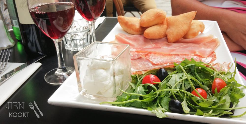 De antipasti bij restaurant Fuxia: italiaanse vleeswaren, een salade, buffel-crème en foccacias soufflées. Heerlijk!