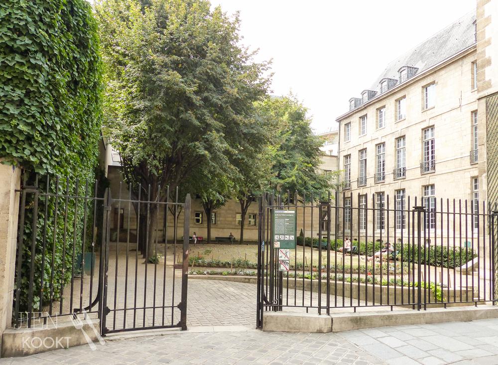 Klein parkje tussen de gebouwen aan de Rue de Francs Bourgeois.