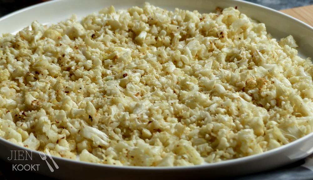 De bloemkool'rijst' rooster je in de oven tot het donkerbruine randjes heeft.