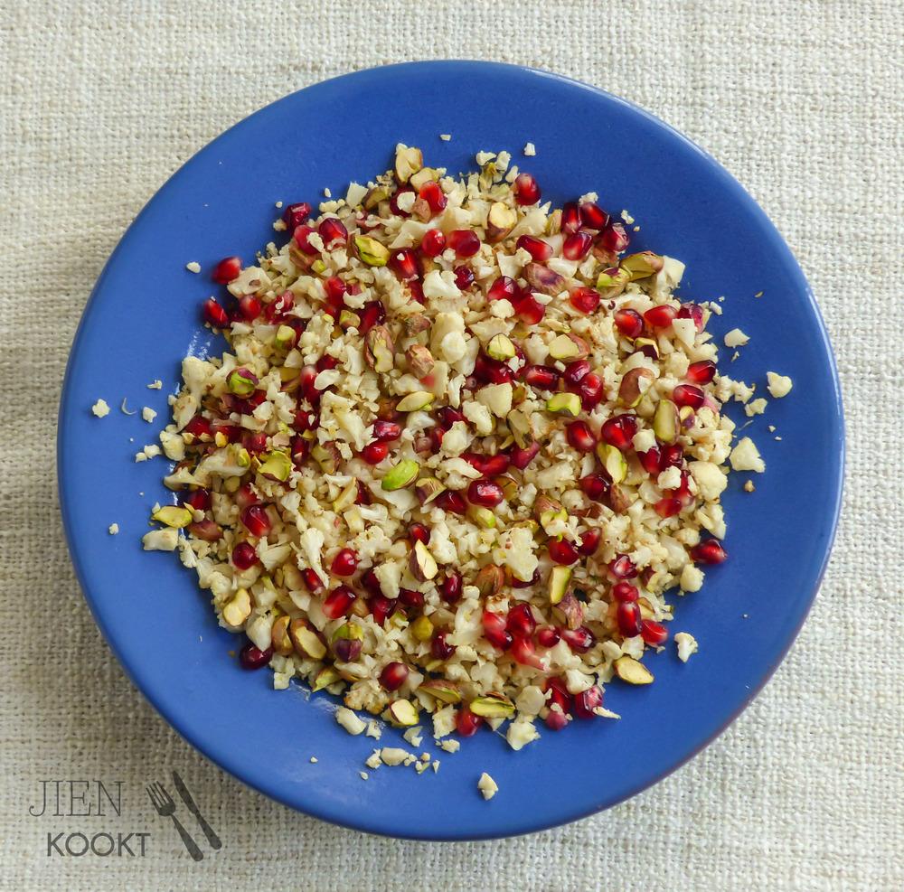 Geroosterde bloemkool'rijst' met granaatappel en pistache | Jienkookt.nl