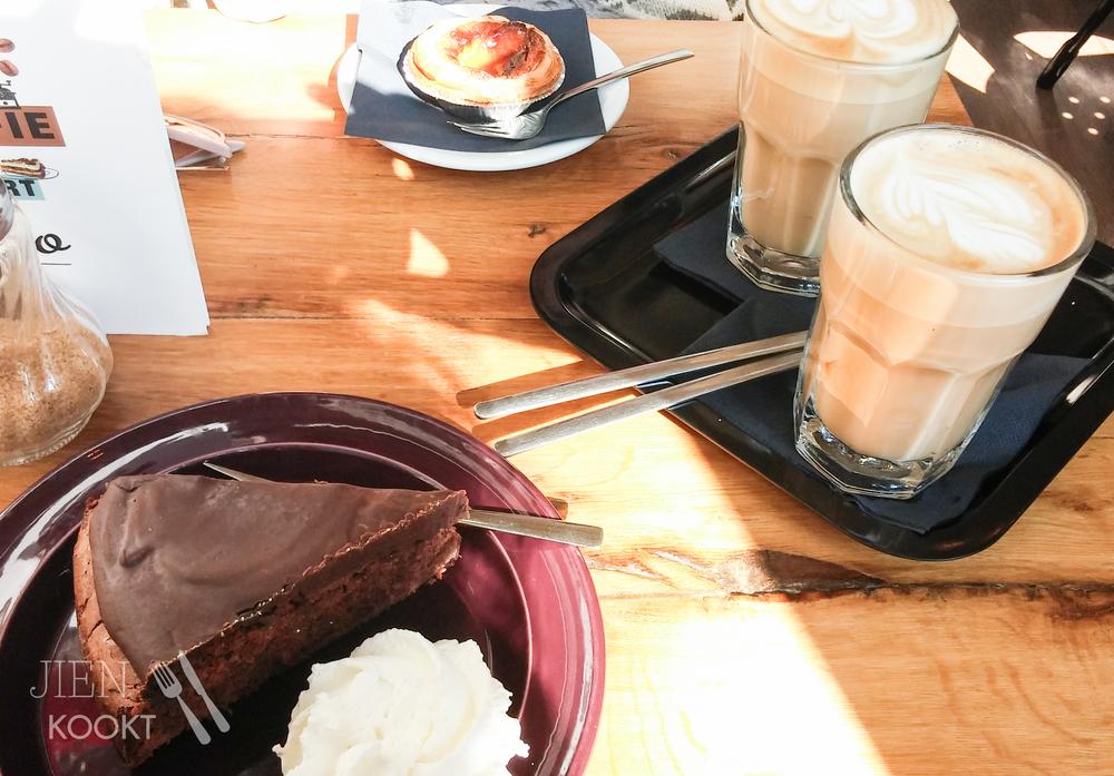 Koffie en taart samen met een vriendin op de eerste dag van mijn zwangerschapsverlof. Ja, dat belachelijk grote stuk chocoladetaart is voor mij.