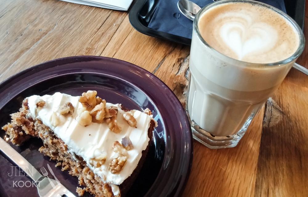 Spontaan koffie drinken met mijn vriend op zijn vrije dag. Met taart dus.