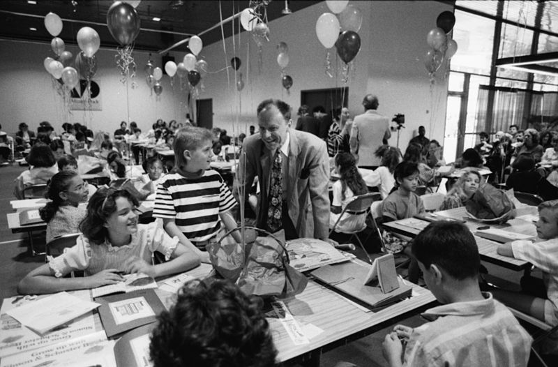 Lee Bennett Hopkins at a 1990 Miami Book Fair workshop for children (via Wikimedia)