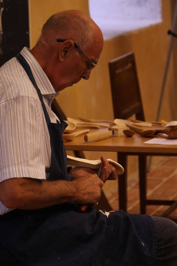 Master craftsman Knut Ostgård carving a spoon really quickly.