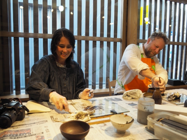Here we are taking an urushi lesson. Photo by Masashi Kutsuwa.