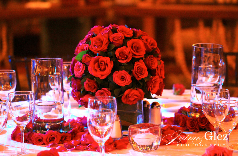 Red roses gave a classic and romantic touch for the wedding reception.