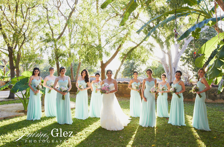 That aqua color in the bridesmaid dresses makes a natural and charming photo.