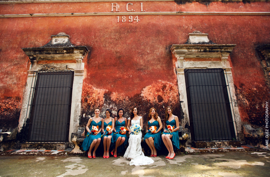 Pretty bride & colorful bridesmaid  photo shooting