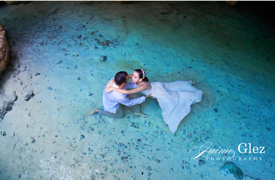 "Having a ""trash the dress"" session in a cenote make a unique experience."