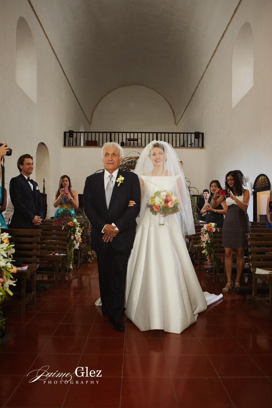 Bride and father walking down the aisle so happy at Iglesia de las Monjas in Mérida.
