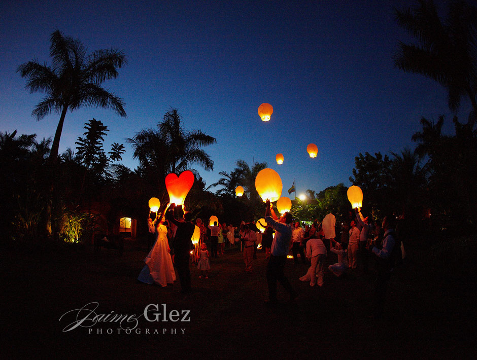 Throwing light balloons for love wishes. An unforgettable moment!