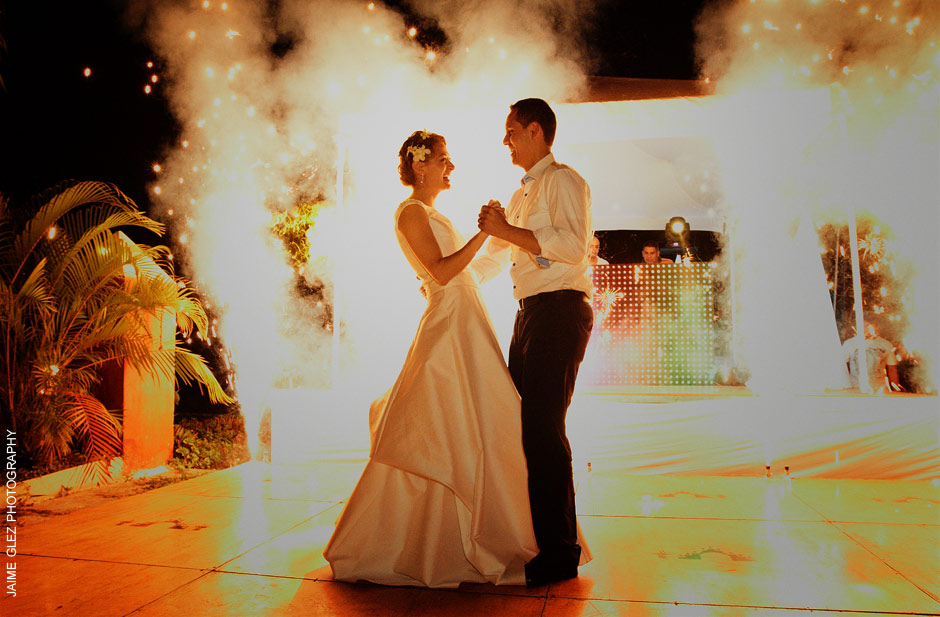 Bride and Groom having their first dance surrounded by fireworks ... ¡viva el amor!