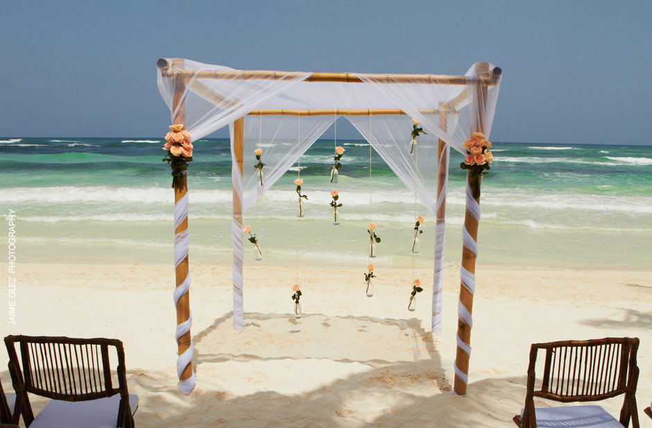 Planning your beach destination wedding? What about a ceremony overlooking the ocean of Tulum, Mexico.