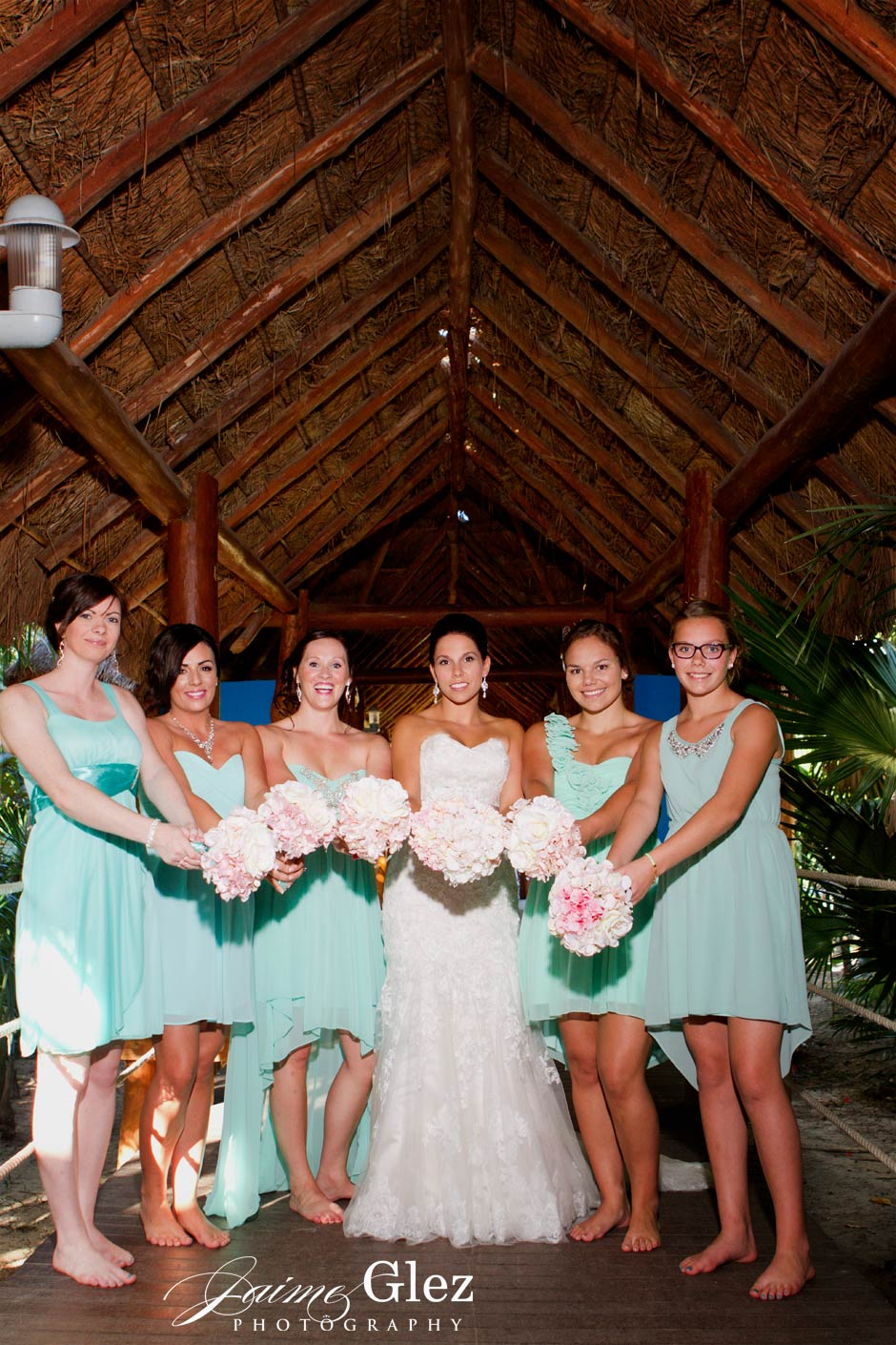 Bridesmaid look gorgeous wearing that turquoise dresses!