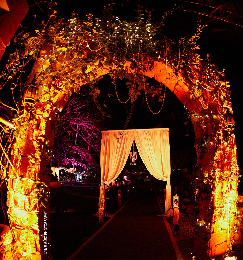 Romantic and elegant decoration! This was the entrance to the reception at Hacienda San Pedro Palomeque.