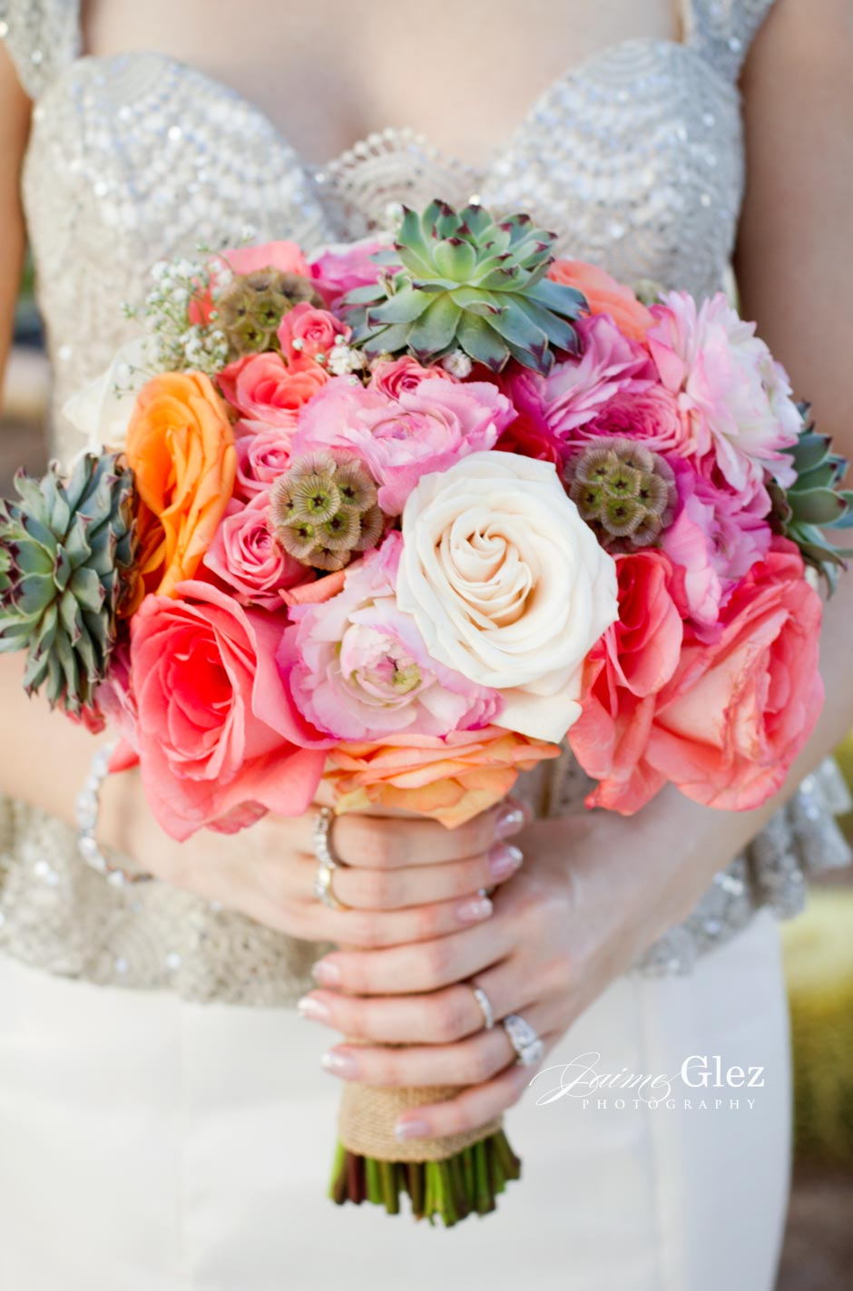 What do you think of this colorful and sweet bridal bouquet? Splendid!!!