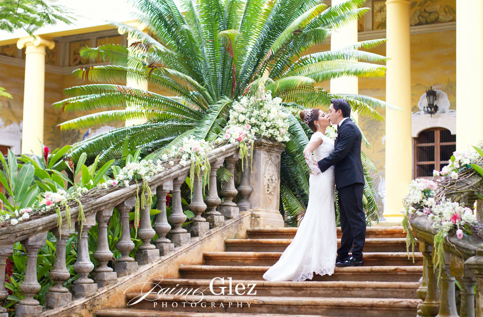 Bride and groom photo session at the grounds of Hacienda Tekik de Regil.