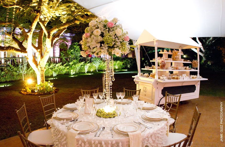 So elegant and romantic! That wedding floral design is beautiful!